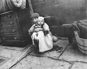 Minding_the_baby_Cuidando_al_beb__Jacob_Riis